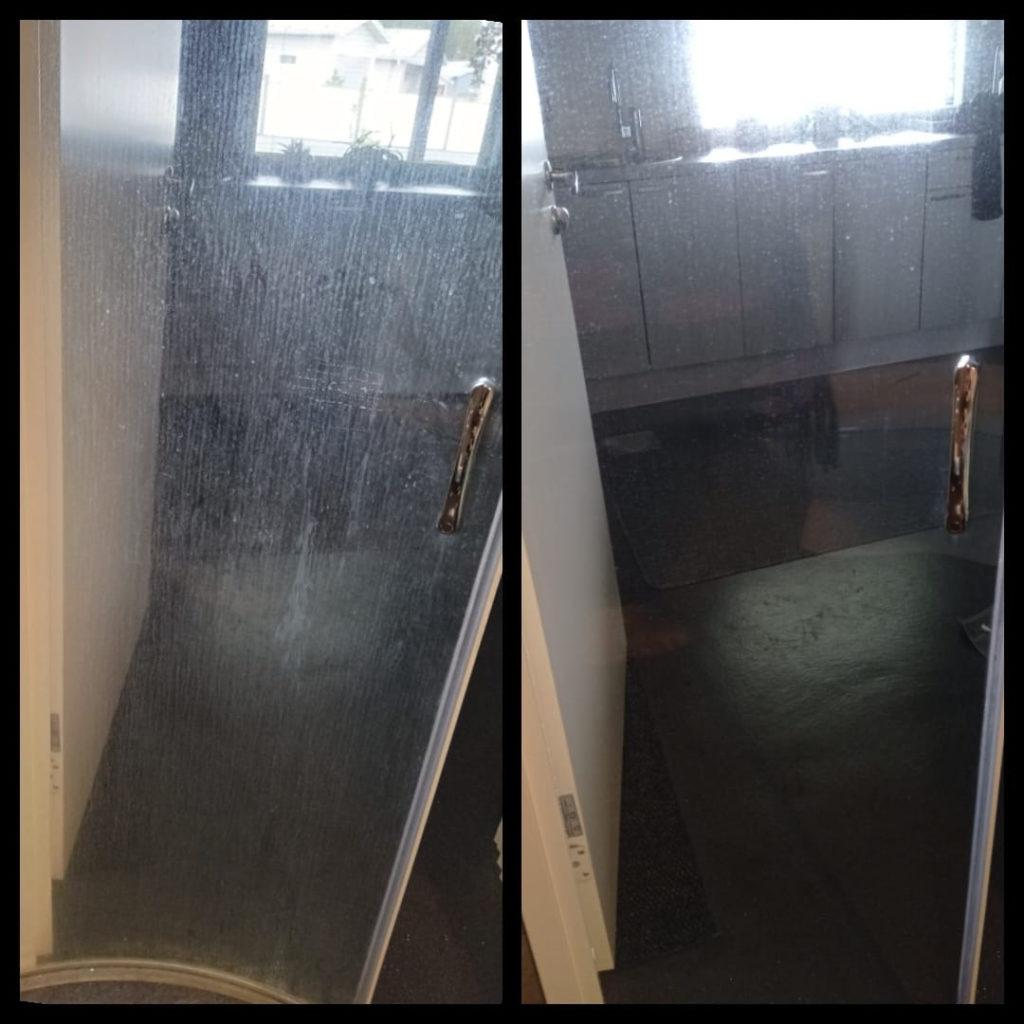 Siivoussaippualla suihkukaapinovi puhtaaksi