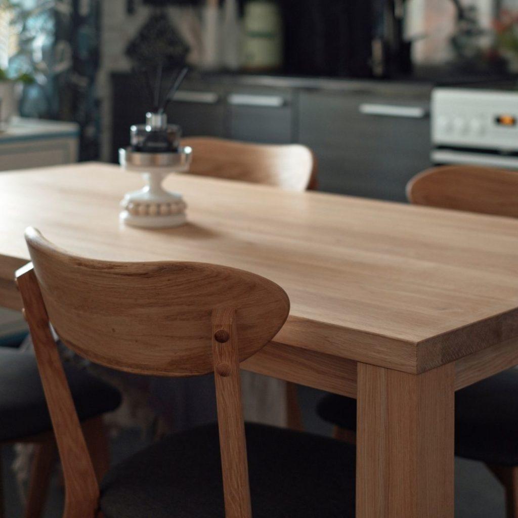tammipöytä boheemiin skandinaaviseen sisustukseen