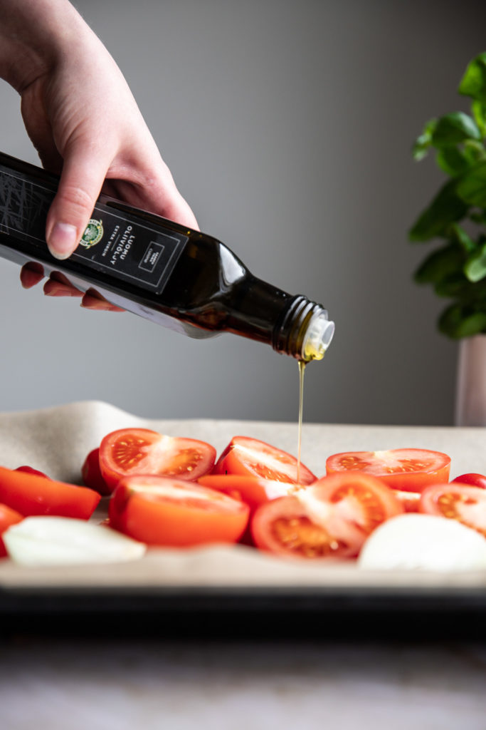 Tomaatit maustetaan