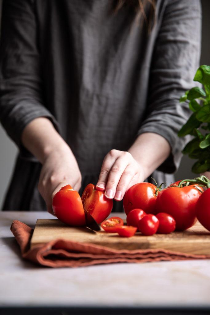 Tomaatit viipaloidaan