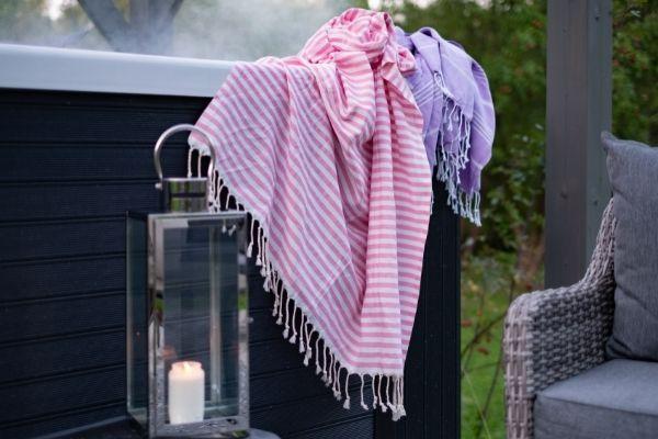 hamam-pyyhe porealtaalla syksyn illoissa