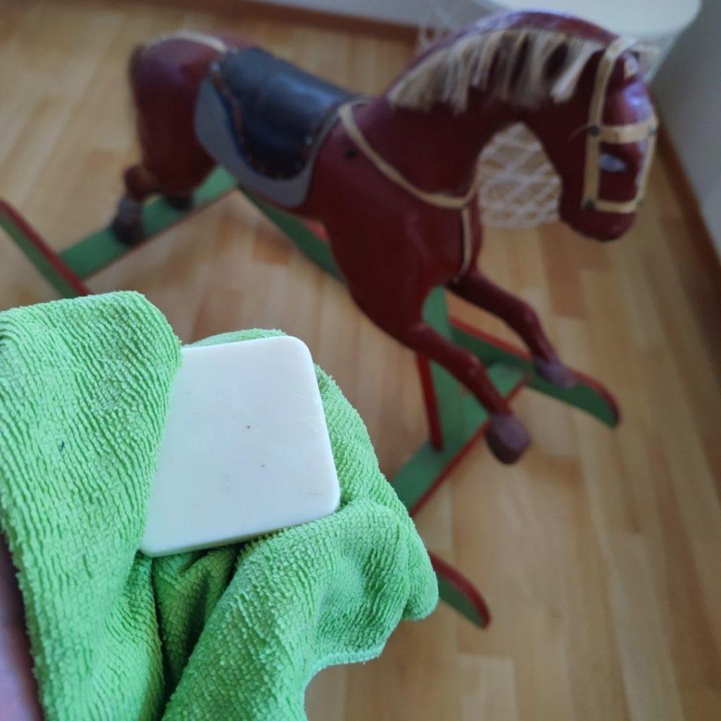 siivoussaippua ja mikrokuituliina antiikin puhdistus