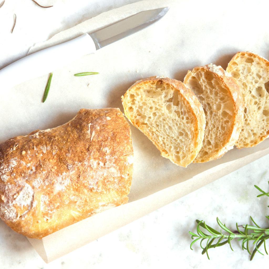 Tuore vaalea leipä