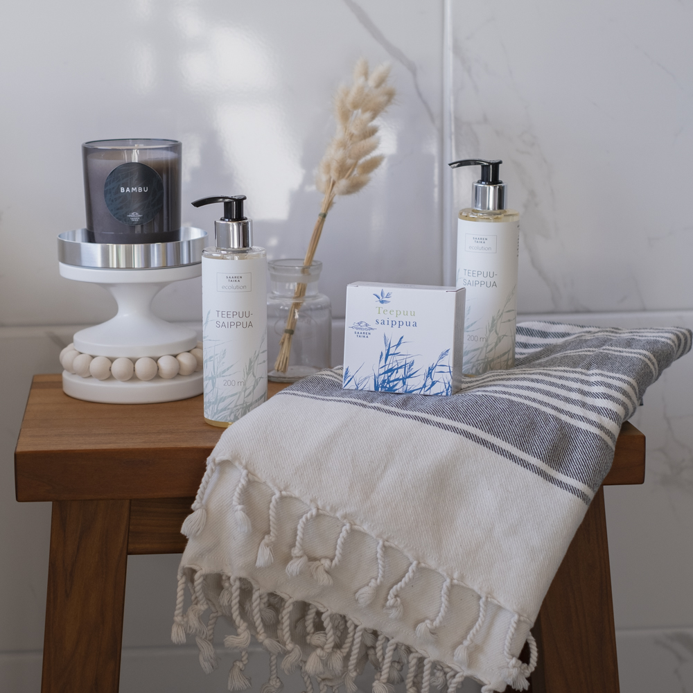 Saaren Taika teepuusaippuat koti spa osastolla kynttil'n ja hamam pyyhkeen kanssa puisella jakkaralla